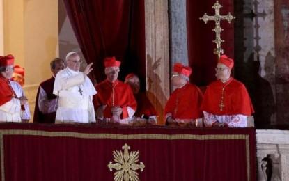 """Jorge Mario Bergoglio, una scelta inaspettata per la Chiesa di Roma. Lo """"sfidante"""" di Ratzinger sorprende anche i bookmakers che davano favoriti Scola, Scherer e O'Malley"""