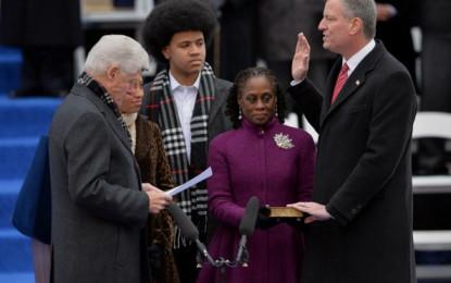"""Il Sindaco Bill De Blasio parla dopo il giuramento: """"pronto per aprire un nuovo capitolo della storia di New York""""."""