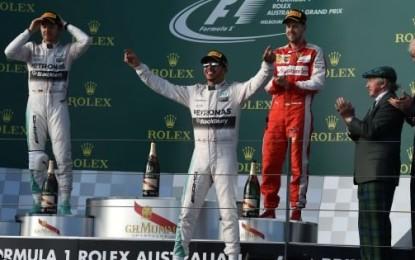 F1, Australia: Hamilton domina il GP con la Mercedes Rosberg si accoda subito, mentre Vettel porta la Ferrari sul podio difendendosi da Massa. Male Raikkonen ritiratosi dopo un errore al cambio gomme.