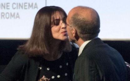 """La Bellucci riceve il premio Virna Lisi dalle mani Tornatore e lo bacia in segno di solidarietà. Il regista: """"ho la coscienza a posto, ma sono provato""""."""
