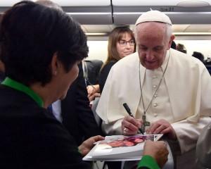 Papa Francesco atterra in Myanmar: al via il 21esimo viaggio apostolico all'estero.