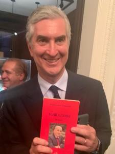 Il Console generale d'Italia a New York, con in mano un libro di Francesco Terrone