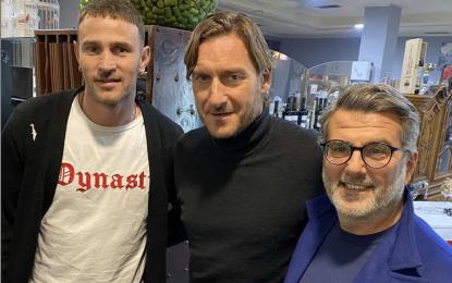 Floro Flores esordisce nel Totti Sporting Club, ed intanto il Capitano ufficializza la nuova attività di agente.
